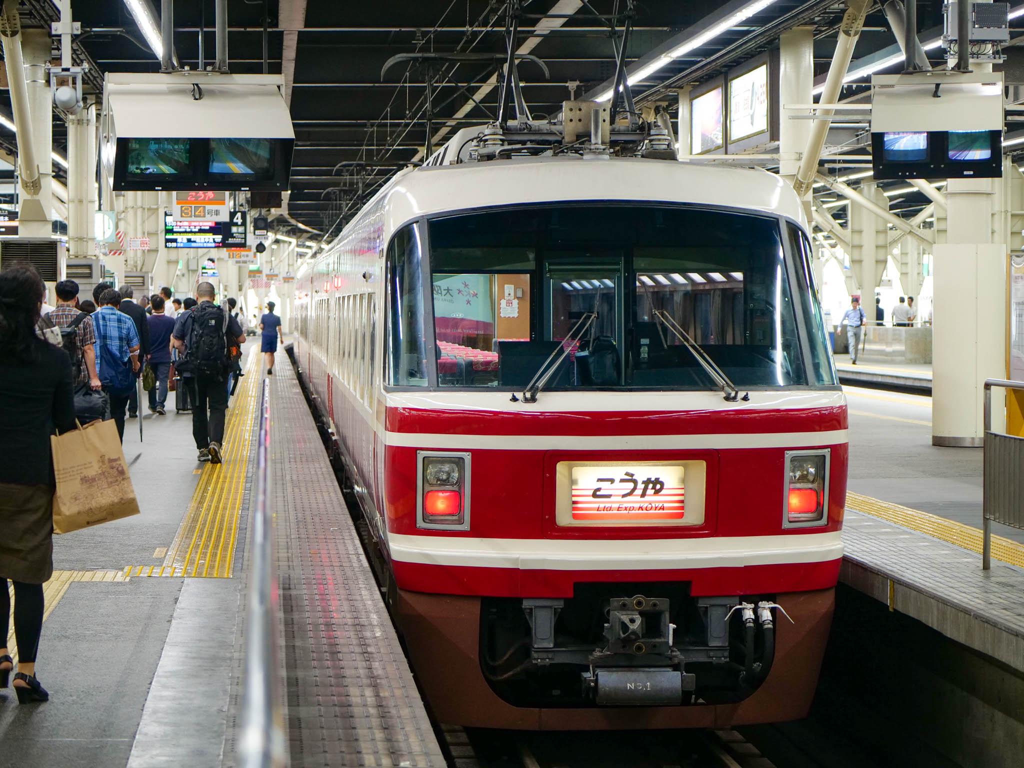 大阪・難波駅からこうや号に乗って高野山に行きます。