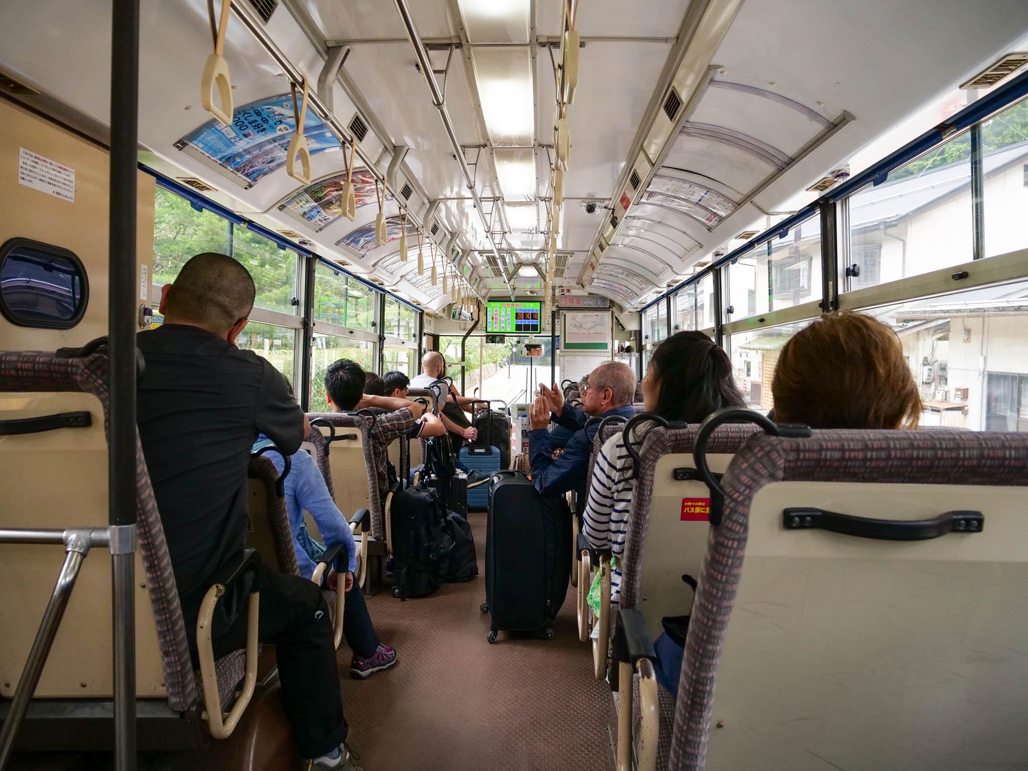 バスに乗って街に行きます。