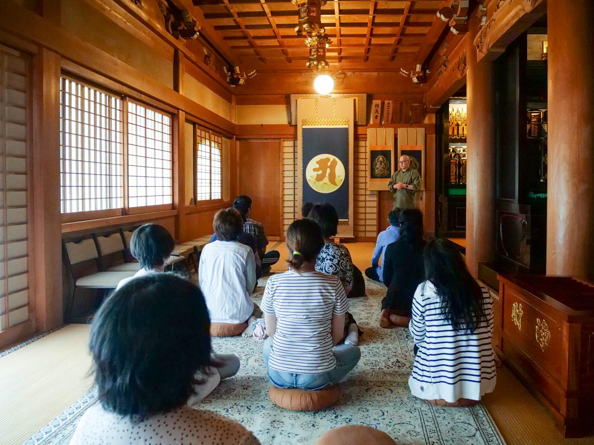本堂で阿字観瞑想