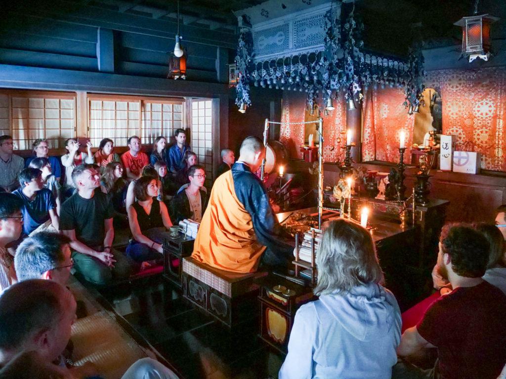 護摩祈祷。ほぼ外国人です。