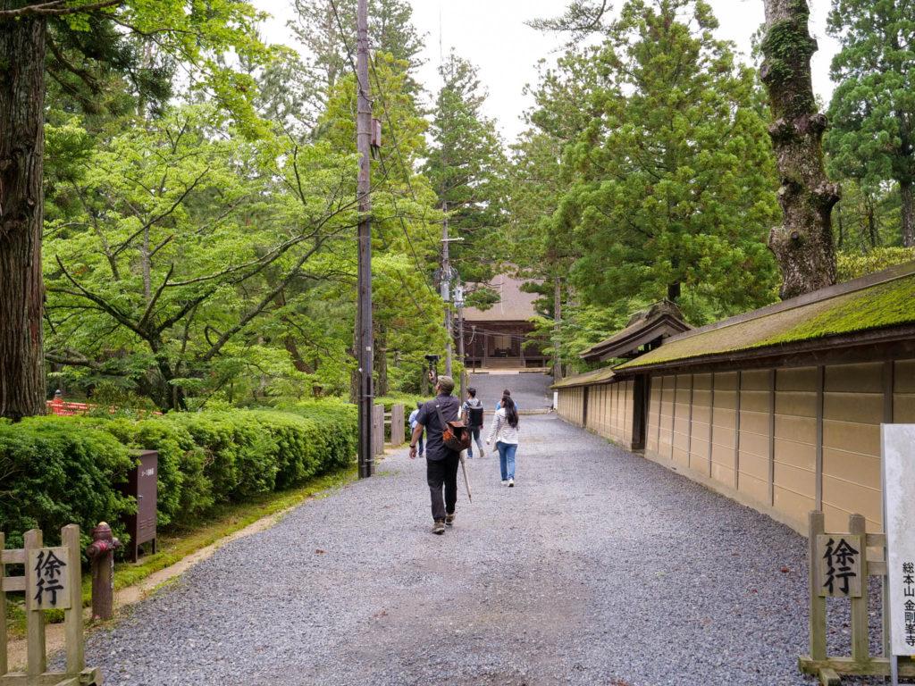 蓮池から壇上伽藍の中門まで歩く。