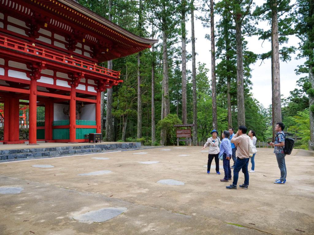 中門の前で安川さんの説明を聞く。