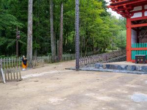 中門と僧侶。